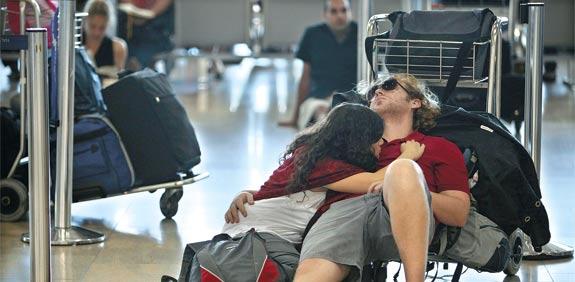 אנשים ומזוודות בנתבג / צלם: רויטרס